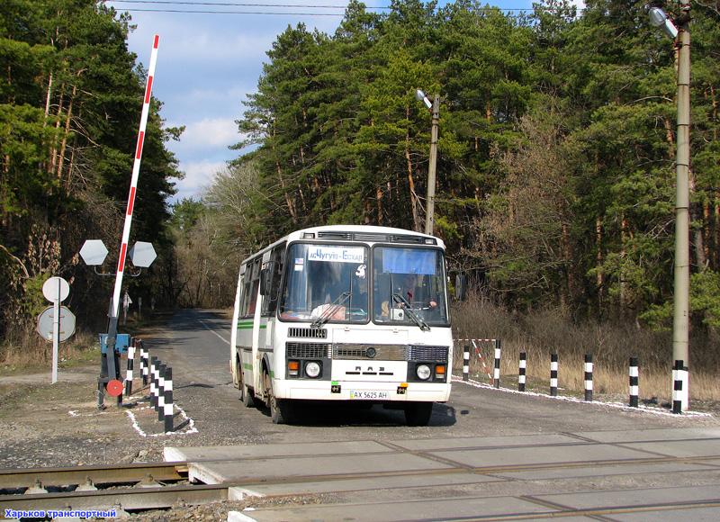ПАЗ-32054 гос.АХ5625АН маршрута Чугуев - Эсхар на переезде возле о.п. Дачи.