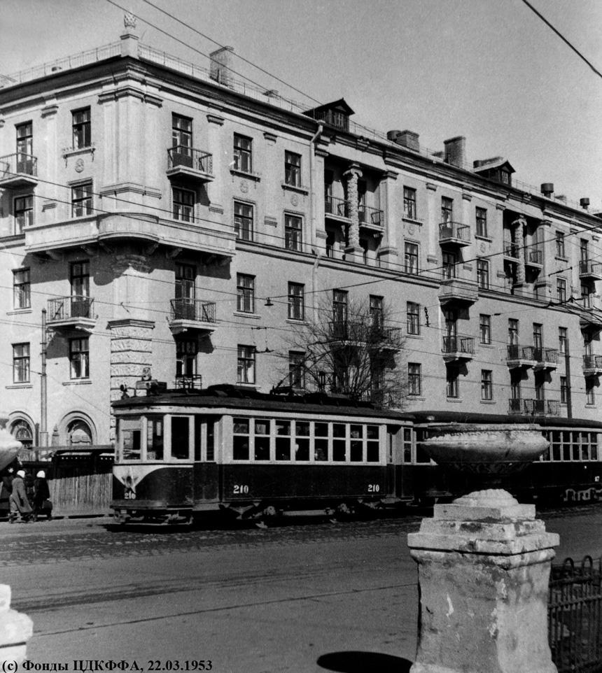 "Поезд  ""Х ""- ""КП "" #210-117 24-го маршрута на проспекте Сталина (ныне - Московский) возле дома 31."